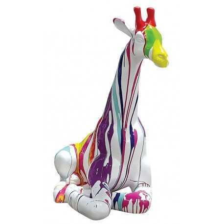 Statue girafe multicolore fond blanc avec baril